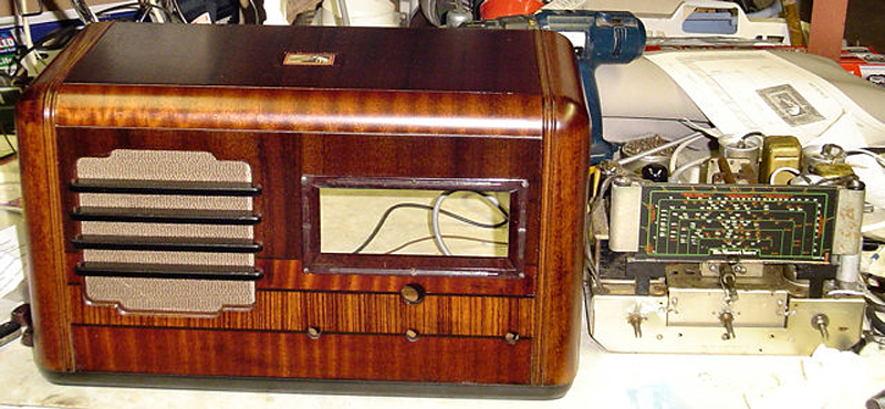 HMV 880 Table Radio